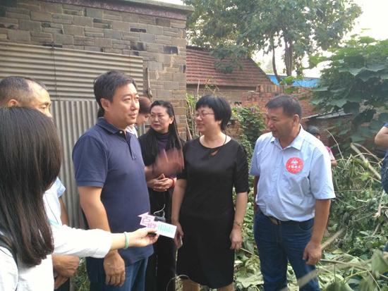 公共频道总监和幸福使者爱心人士一起探访吴传青家 摄影 张丽