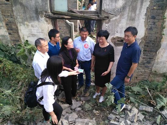 公共频道总监和幸福使者爱心人士一起探访吴传青家